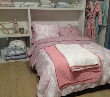 Pip badjas Granny white,pink,sprei Feeling Quilty,overtrek Lacy Dutch,Hummingbirds,white,bleu,pink